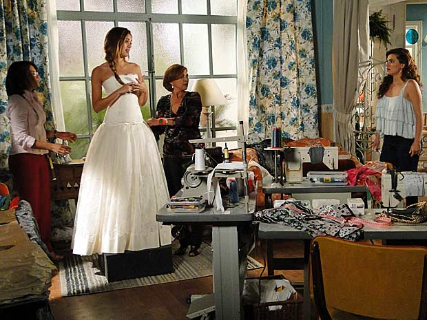 Desirée fica chocada ao ver Stéfany vestida de noiva