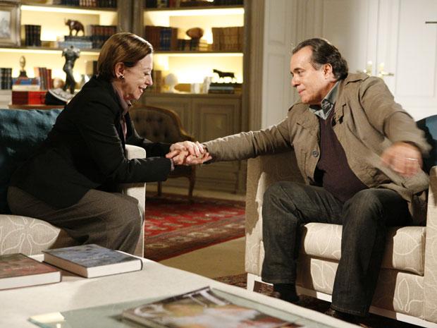 Bete diz que vai ajudar Totó a tirar Clara da cadeia