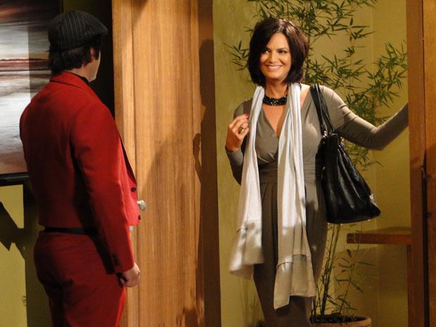Luíza Brunet vai ao flat de Victor Valentim para conhecer suas criações