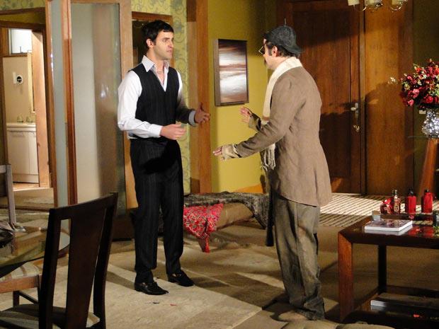 Ari e Chico estão prontos para sair disfarçados quando Jaqueline bate na porta do flat