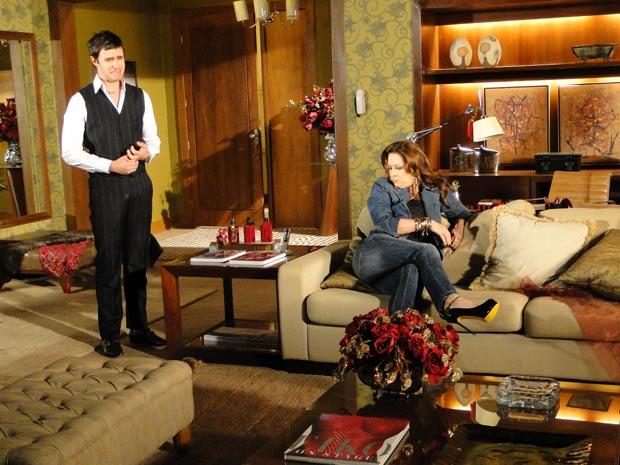 Ela senta para esprera Valentim aparecer e Ari, que está escondido embaixo das almofadas, grita