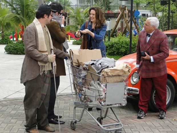 Ari e Chico passam por Jaqueline e Mário Fofoca disfarçados de mendigos
