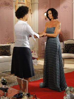 Luíza Brunet acaba aceitando ficar com o vestido