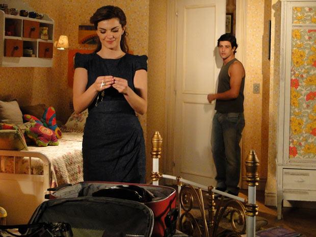 Desirée está arrumando a mala para se mudar quando Armadinho chega de surpresa