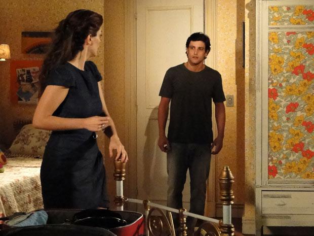 Armandinho pede para Desirée não ir embora, mas ela mantém a decisão