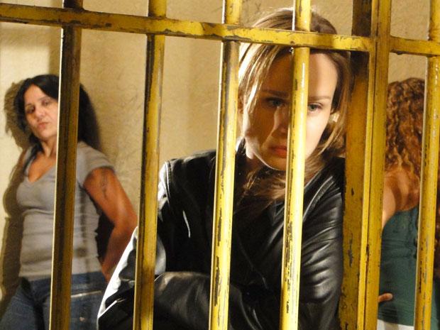 Clara divide a cela com várias detentas