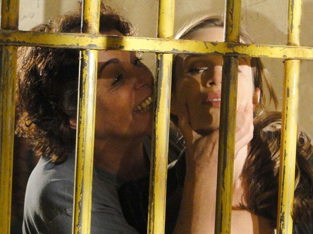 Uma das detentas pega Clara a força e reclama das grosserias da loura