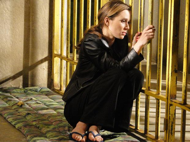 Acuada, Clara tenta ficar sozinha, mas logo é importunada por uma das detentas
