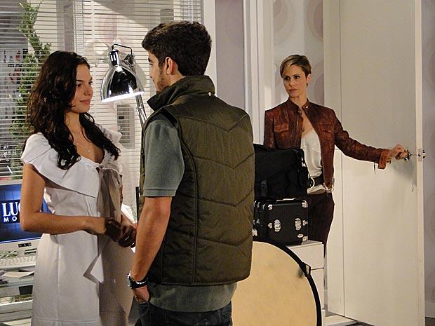 Luisa entra na sala e vê Marcela e Edgar bem próximos