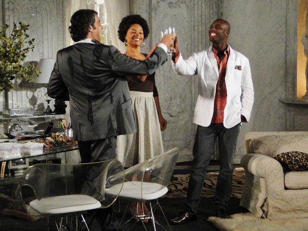 Jacques brinda com Clotilde e Adriano