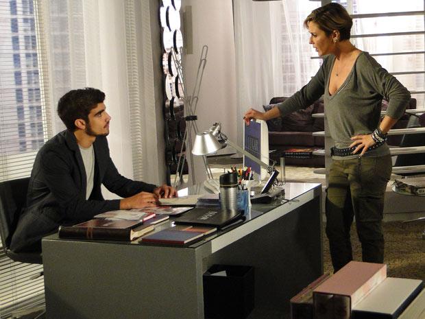 Edgar avisa Luisa que pretende se desligar da agência
