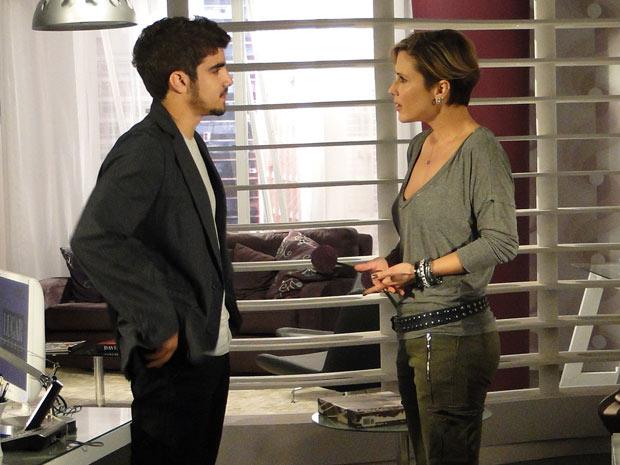 Luisa tenta convencê-lo a mudar de ideia, mas ele mantém a decisão