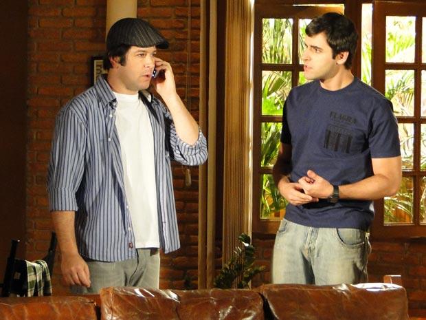 Chico passa o telefone para Ari, que percebe que caiu em uma armadilha