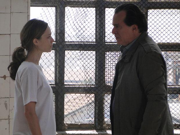 Totó vai atrás de Clara na cadeia
