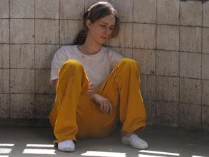 Durante a conversa com Totó, o clima fica tenso e Clara chora sentada no chão