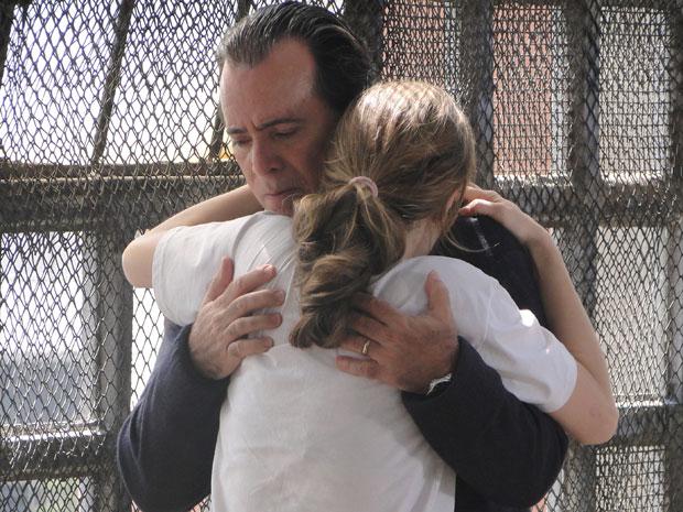 Clara e Totó se abraçam, emocionados
