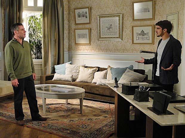 Gustavo diz para Edgar ficar longe de Marcela