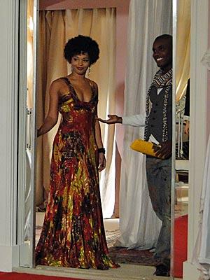 Ela surge linda com um modelito de Jacques Leclair