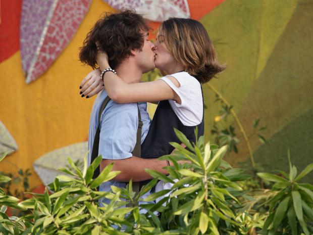 Luti se declara para Valquíria e a beija