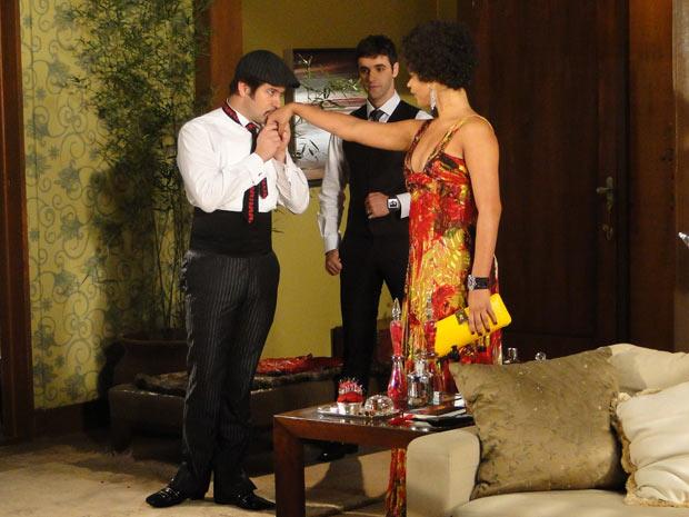 Chico e Ari recebem Clotilde e ficam encantados por ela