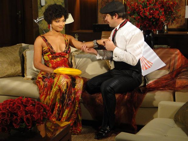 Vestido de Victor Valentim, Ari joga todo o seu charme para Clotilde