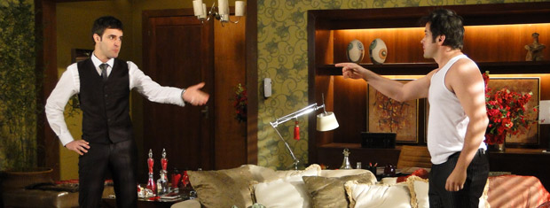 Chico lembra que Clotilde usava um vestido de Jacques e Ari conclui que ela trabalha para ele