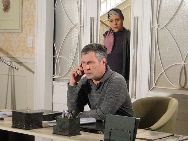 Bruno ouve Gustavo falando no telefone com Edgar e descobre que Marcela fugiu