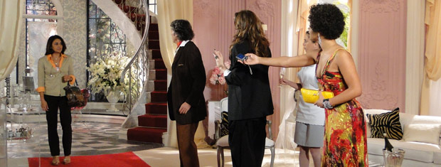 Quando Jacques está prestes a ver as fotos, Marta chega e pede para conversar com ele