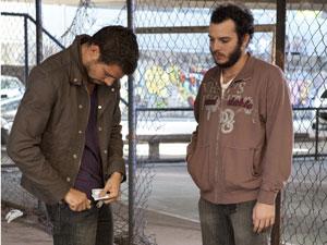Danilo conta o dinheiro para entregar ao traficante