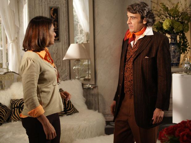 Marta disfraça e pede ajuda de Jacques para conseguir um emprego para Amanda