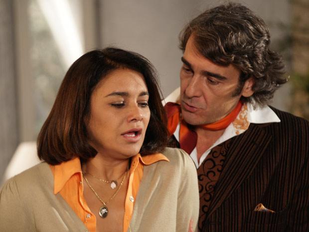 Jacques insinua que Marta esteja com saudade dele e ela fica irritada