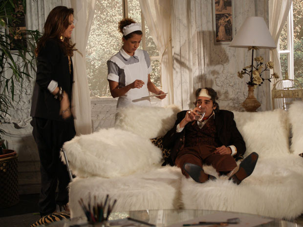 Jaqueline e Rosário cuidam de Jacques, que pede para ver as fotos de Valentim