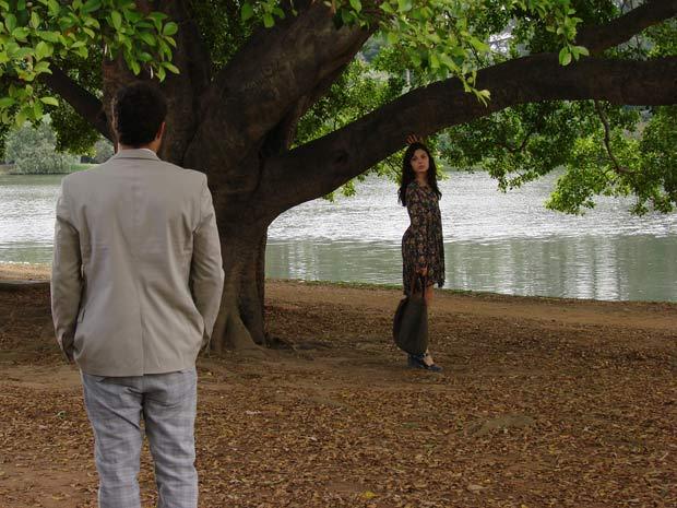 Edgar encontra Marcela em um parque e fica aliviado
