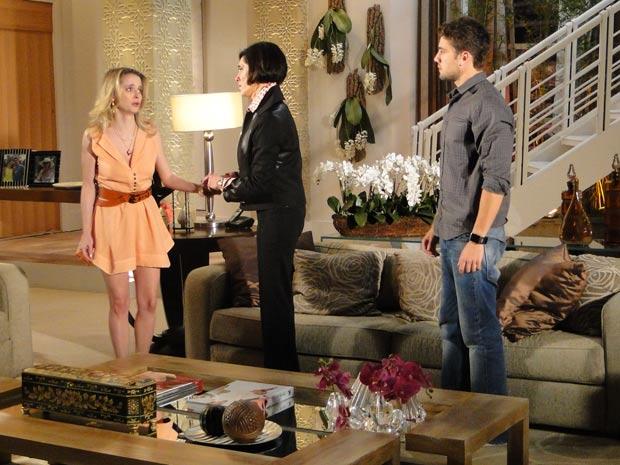 Rebeca tenta explicar a história para Camila, mas ela não aceita
