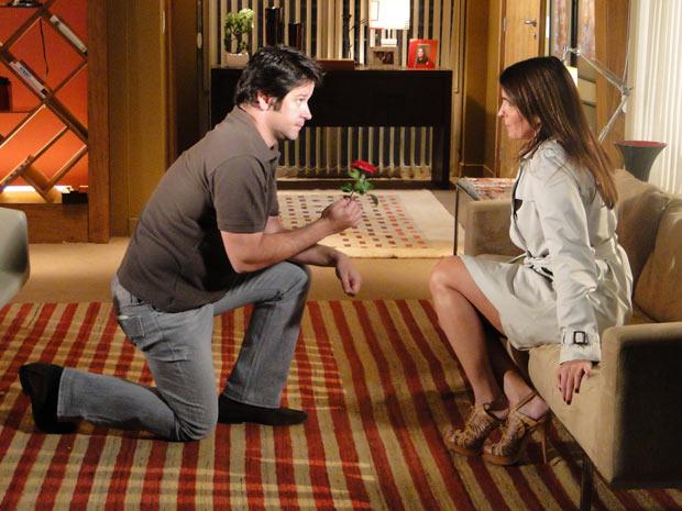 Ari estende uma rosa vermelha para Suzana e pede para ela voltar para ele