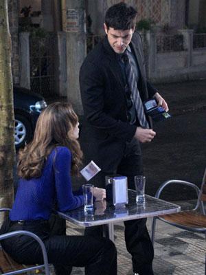 Fred humilha Clara e deixa uns trocados para a loura