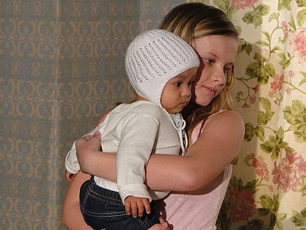 Clara cuida carinhosamente de Kelly, ainda um bebê
