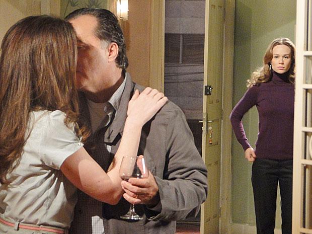 Clara fica arrasada ao ver Totó e Felícia se beijando