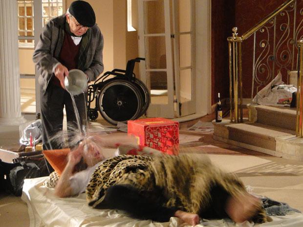 Benedetto joga balde d'água em Mimi
