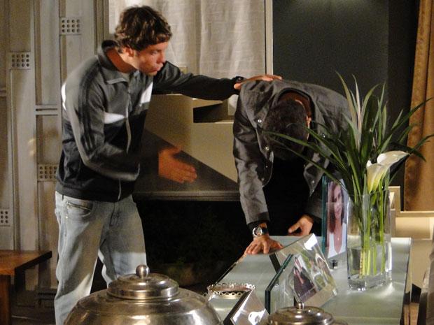 Sinval tenta convencer Danilo a não sair de casa