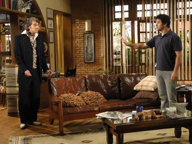 Ari vê que Jacques está em pânico por causa de Valentim e zomba dele