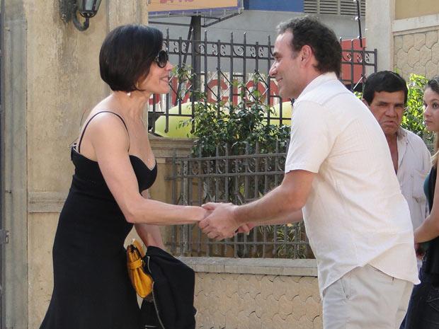 Para surpresa de Gino, Rebeca aparece na vila para o churrasco