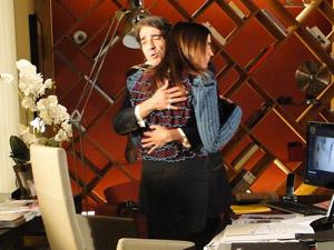 Jacques abraça Suzana e diz estar angustiado