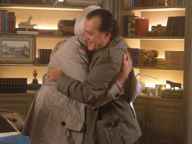 Olavo e Totó se abraçam