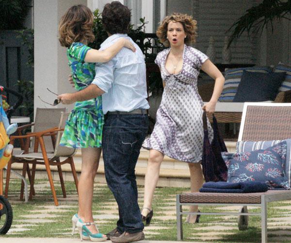 Agostina vai atrás de Berilo e fica furiosa ao encontrar o marido aos beijos com Jéssica