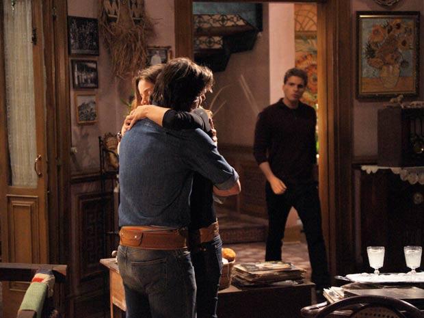 Solano puxa Manuela para um abraço e Vitor entra bem na hora