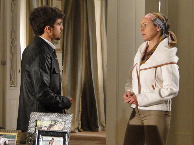 Bruna sugere que Edgar procure um lugar para morar até o dia do casamento
