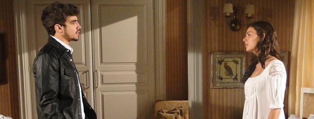 Edgar avisa Marcela que está saindo de casa e ela fica arrasada