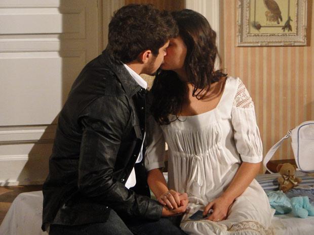 Edgar diz que vai estar esperando por ela e os dois se beijam