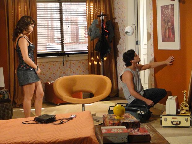Thaísa inventa um vazamento e pede para Armandinho ir à sua casa